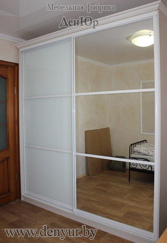 белый корпусный двухстворчатый шкаф купе со створками из зеркала и стекла лакобель